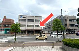 町役場から正面が当院。 左郵便局、右が消防署